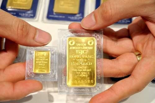 Có 100 triệu nên gửi tiết kiệm hay mua vàng